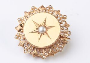 AN ANTIQUE FRENCH PEARL BROOCH