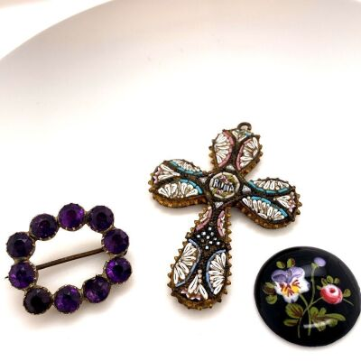 A COLLECTION OF THREE JEWELLERY ITEMS