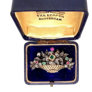 AN ANTIQUE GEM SET BROOCH