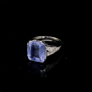AN ART DECO CELYON SAPPHIRE AND DIAMOND RING