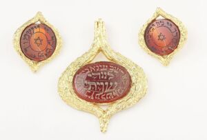 A CARNELIAN INTAGLIO HEBREW PENDANT AND EARRINGS